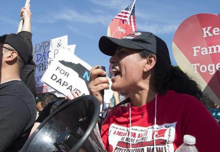 La nueva ley se aplica a los inmigrantes que fueron oficializados por la acción ejecutiva del presidente Barack Obama en 2012 que les permitió quedarse. (EFE)