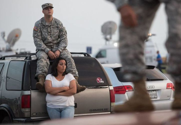 Lucy Hamlin y su esposo Timothy Hamlin aguardan a que les autoricen la entrada a la base Fort Hood, escenario del tiroteo este miércoles 2 de abril. (AP)