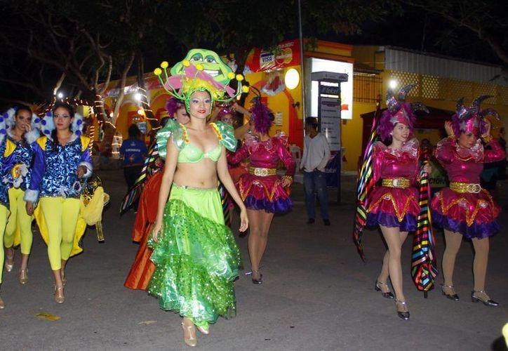 Imagen de una de las comparsas que participaron durante el Carnaval de Mérida. (Milenio Novedades)