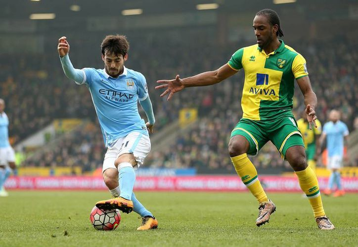 Manchester City se ubica en la cuarta posición a nueve puntos del actual líder Leicester. En la foto, David Silva protege la esférica ante su rival del Norwich. (AP)
