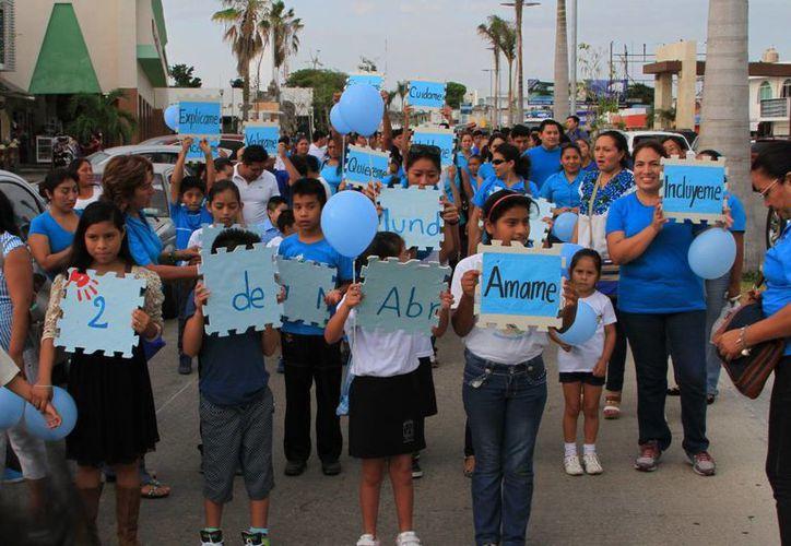 Alrededor de un centenar de personas marcharon para crear conciencia entre la población sobre el autismo. (Ángel Castilla/SIPSE)