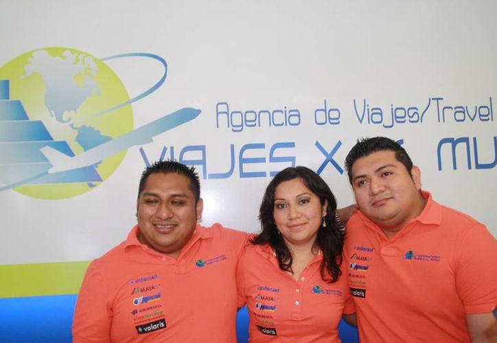 El personal de la agencia de viajes de  Playa del Carmen. (Octavio Martínez/SIPSE)