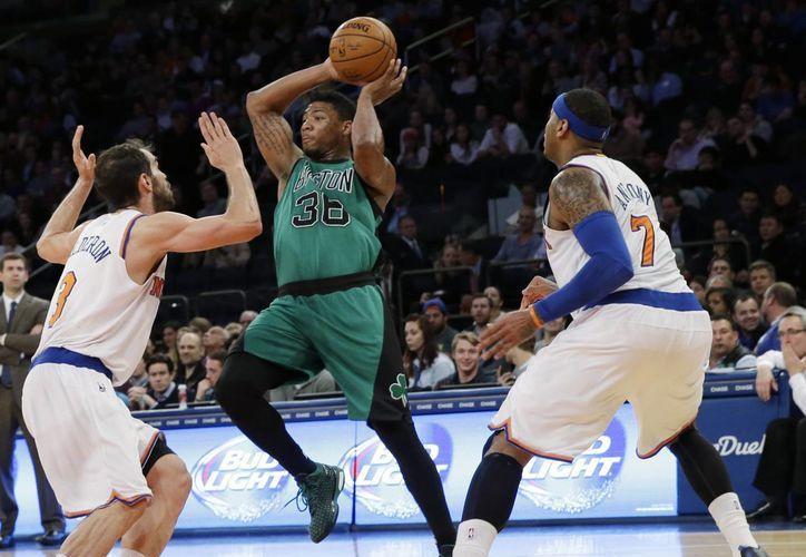 Jose Calderon (3), de Knicks, y Carmelo Anthony (7) bloquean al guardia de Celtics, Marcus Smart (36), en partido de la temporada reguilar de la NBA. (Foto: AP)