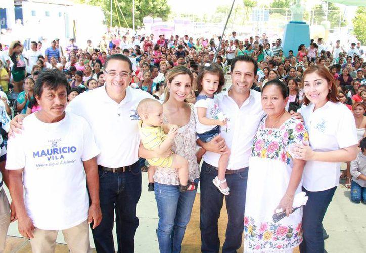 Mauricio Vila acudió a un festejo por el Día de las Madres en la comisaría de San José Tzal. (SIPSE)
