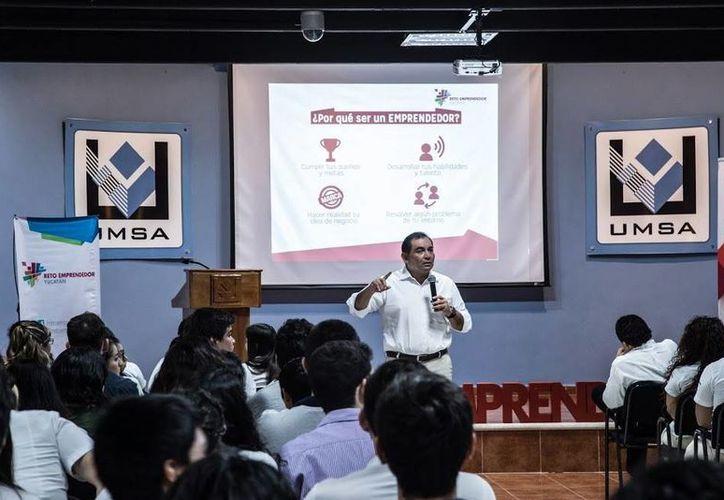 Durante la instalación del primer Comité de Emprendimiento en universidades de Yucatán, en la Universidad Mesoamericana de San Agustín, Víctor Caballero llamó a los jóvenes a forjar sus ideas y formar parte de la generación del cambio. (Foto cortesía)