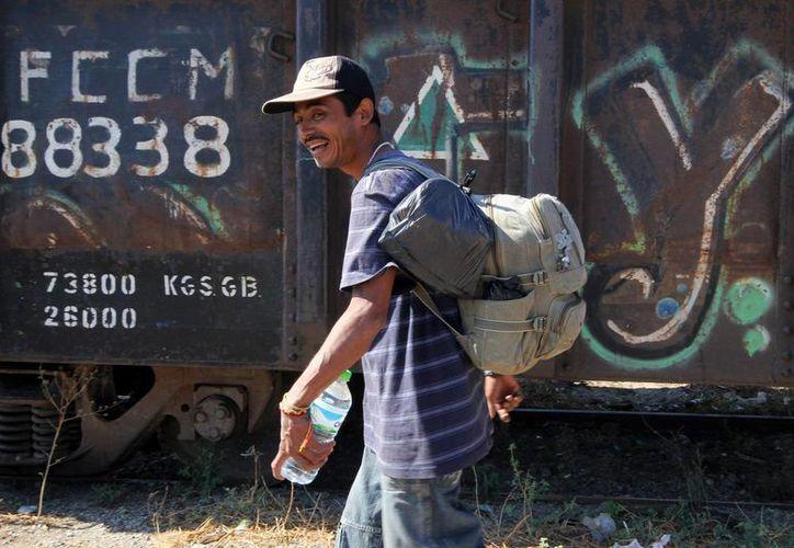 Migrantes hondureños dicen que los delincuentes con frecuencia los golpean, apuñalan y empujan de los trenes en movimiento, donde viajan montados hacia EU. (Archivo Notimex)