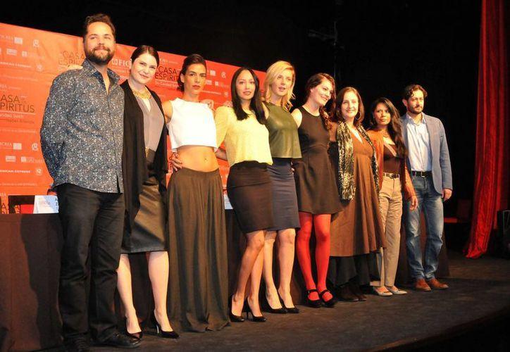 La obra 'La casa de los espíritus' narra la historia de la familia Trueba, en la cual hay una mujer capaz de ver el futuro. En la imagen, el elenco mexicano de la obra. (Agencias)