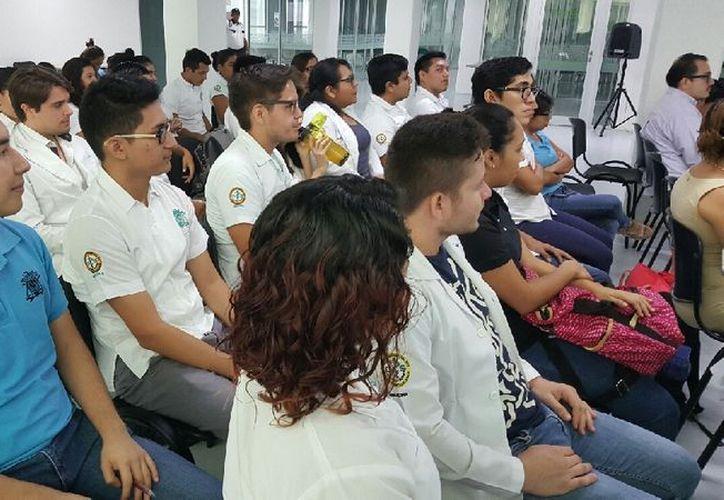 Se capacitó a los alumnos sobre estrategias para salvar la vida si se enfrentan a una persona con paro cardíaco. (Joel Zamora/SIPSE)