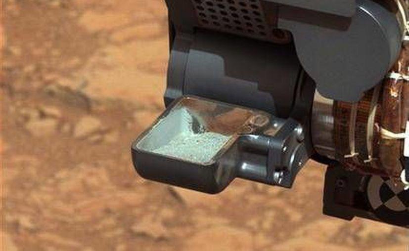 Esta imagen sin fechar proporcionada por la NASA muestra roca marciana pulverizada en la cuchara de la sonda Curiosity. (AP/NASA)