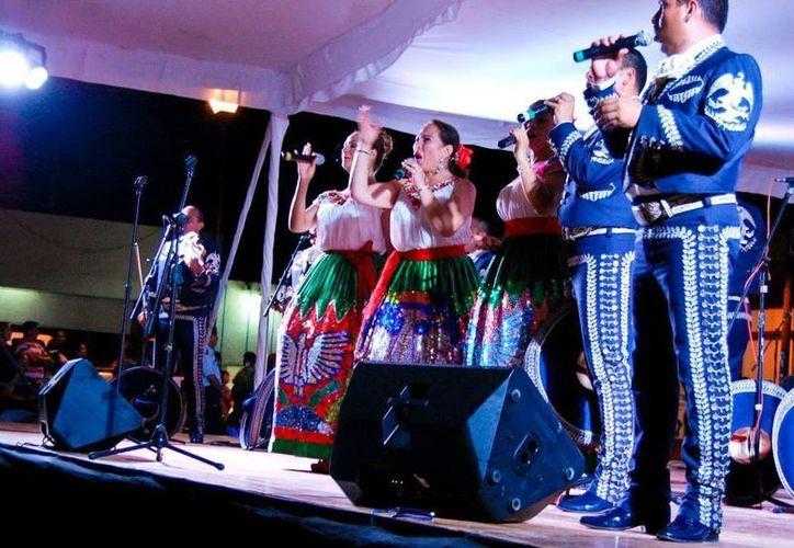 La actuación en Progreso de la Orquesta, Coros y Mariachi de la Sedena. (Manuel Pool/SIPSE)