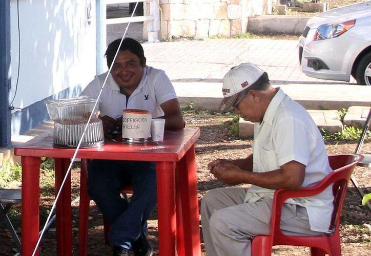 Trabajadores de la Autamuady iniciaron con 'boteos' para sostener su movimiento. (SIPSE)