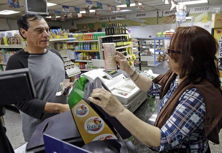 El acumulado de la lotería ha provocado una ola de compras de boletos para el Powerball. (Agencias)