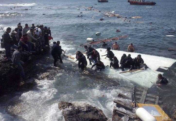 Inmigrantes indocumentados llegan a la playa de Zefyros en Rodas ,Grecia. (EFE)