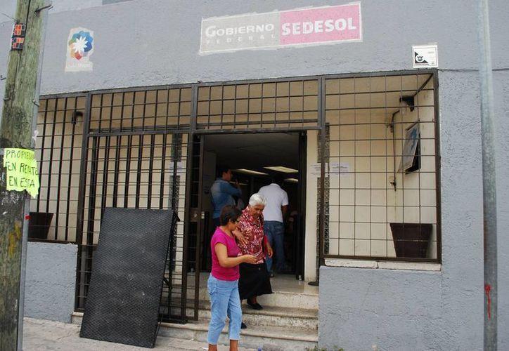 Los habitantes buscan apoyos en las dependencias de gobierno. (Tomás Álvarez/SIPSE)