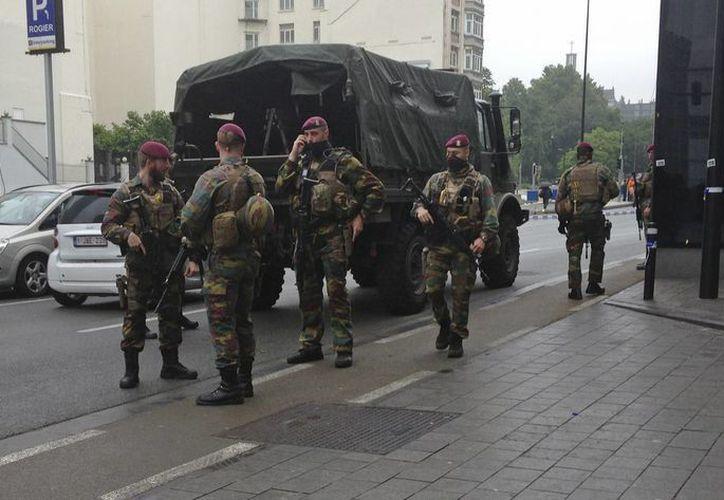 Soldados belgas se reunen junto a una zona bloqueada del centro de Bruselas. (Agencias)