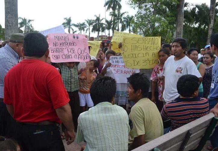Cerca de 100 usuarios de la CAPA se manifestaron frente a las oficinas de esa paraestatal, plantean al gerente mesa de diálogo. (Manuel Salazar/SIPSE)