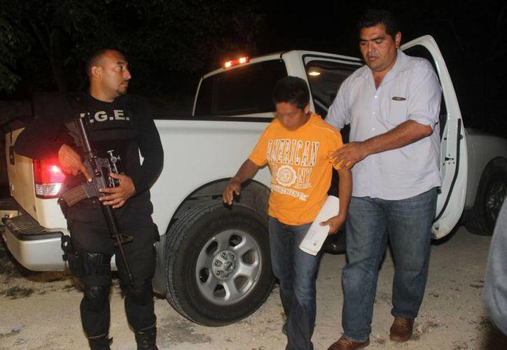 Imagen del criminal al momento de llegar a Yucatán después de ser detenido en Chiapas. (Milenio Novedades)