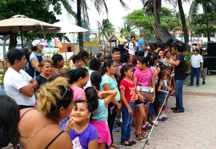 Decenas de niñas esperaron pacientemente el momento de la firma de autógrafos de las actrices de la serie 'Soy Luna'. (Daniel Pacheco/SIPSE)