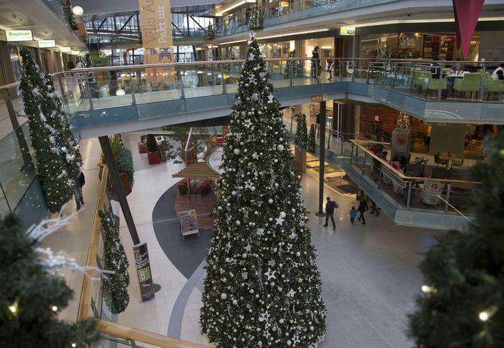 Tradicional árbol navideño, dentro de un centro comercial en Amsterdam, Holanda. (Agencias)