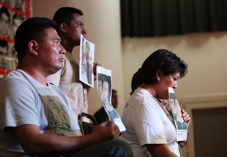 Los padres de los 43 jóvenes desaparecidos de la Normal Rural de Ayotzinapa afirmaron que no hay pruebas científicas que confirmen que sus hijos fueron asesinados e incinerados, como lo asegura la PGR. (EFE)