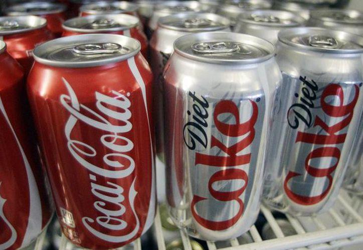 Aseguran que Coke ayudó a escoger los líderes del grupo, escribir su misión y sugerir artículos y videos para el sitio web de Global Energy Balance Network. Latas de Coca Cola y Diet Coke se encuentran en los frigoríficos de la tienda Anne's Deli en Portland, Oregon. (Agencias)