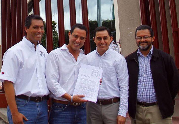 El diputado Raúl Paz (con el documento) y dirigentes panistas, después de interponer un amparo contra el alza de transporte en Mérida. (Milenio Novedades)