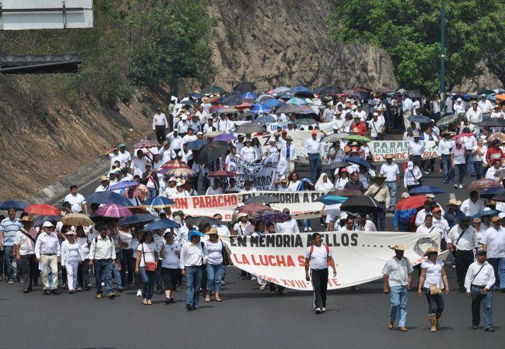 Maestros de la CNTE marcharon por la capital michoacana en memoria de sus compañeros muertos el pasado jueves. (Notimex)