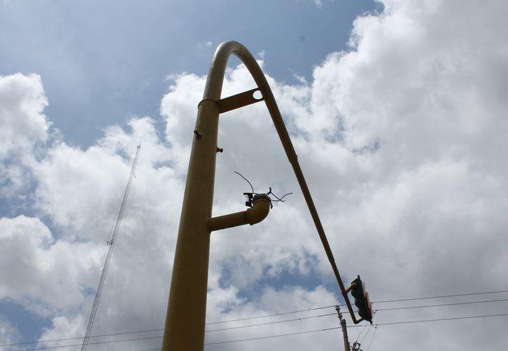 Se realiza un análisis de cada uno de los semáforos parea iniciar la gestión de recursos y se reparen e instalen nuevos. (Joel Zamorea/SIPSE)