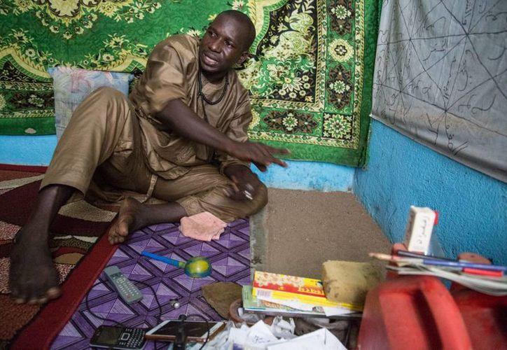 En Costa de Marfil, el chamán Ibrahim Sangaré, de profesión 'feticheur', como se llama a los chamanes en África Occidental, es conocidísimo, y muy frecuentemente acuden a su consulta ministros y celebridades. (Notimex)