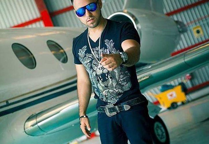 El videoclip se desarrolla en un hangar de aviones privados. (Milenio Novedades)