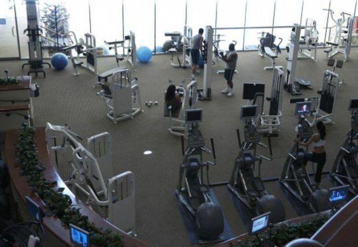 El primer día de gimnasio puede ser apabullante; una de las claves para superarlo es tener claro cuáles son tus objetivos. (BBC Mundo)