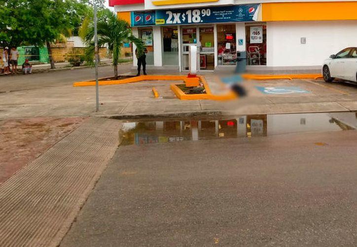 El cuerpo del taxista quedó tirado en el estacionamiento de una tienda de conveniencia en la calle Flor de Nochebuena con Bulevar Palmas I. (Redacción/SIPSE)
