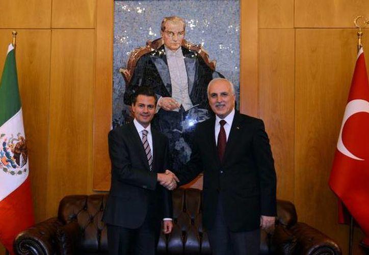 Peña Nieto, quien en la gráfica aparece con el gobernador de Estambul, Hüseyin Avni Mutlu, se dijo satisfecho por la aprobación de la Reforma Energética en 17 congresos estatales en México. (presidencia.gob.mx)