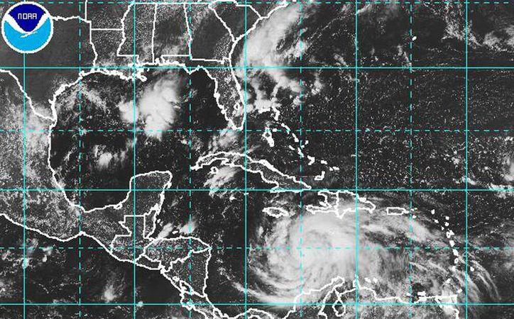 El huracán sigue desplazándose lentamente al sur del Caribe inclinando su trayectoria hacia el norte, con vientos sostenidos de 240 kilómetros por hora y rachas de hasta 300 kilómetros por hora. (nhc.noaa.gov)
