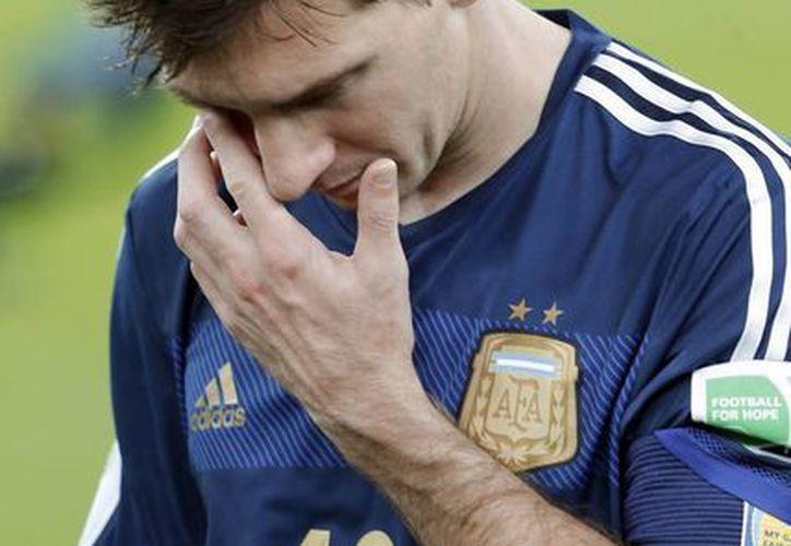 El premio que recibió Lionel Messi fue cuestionado por varios fanáticos en el mundo. (AP)
