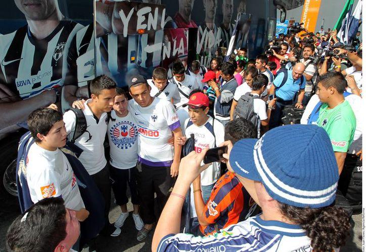 Los aficionados regiomontanos entonaron cánticos para despedir a los monarcas de la Concacaf. (Foto: Agencias)