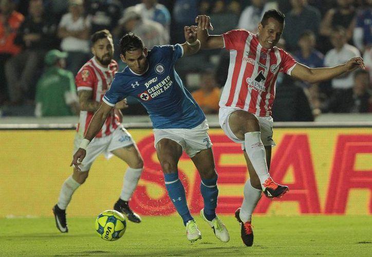 Cruz Azul sumó sus primeras tres unidades del torneo, luego de derrotar por la mínima diferencia al Necaxa de Alfonso Sosa.(Notimex)