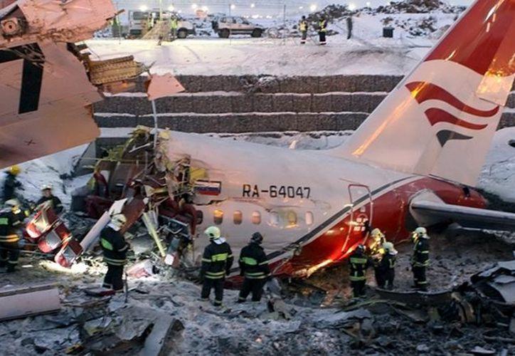 Dos de los tres tripulantes del avión que sobrevivieron al accidente están graves. (EFE)