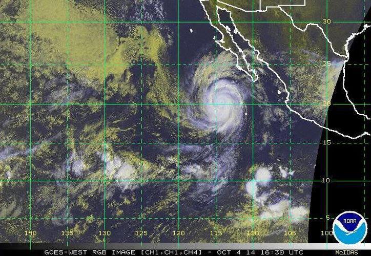 Las intensas lluvias y vientos ocasionados por el huracán Simón ya comenzaron a ocasionar estragos en México. (ssd.noaa.gov)