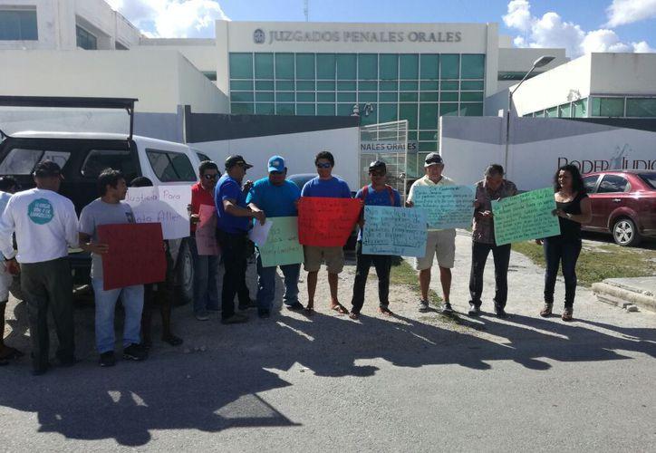 Los pescadores exigieron con pancartas investigar los atracos. (Adrián Barreto/SIPSE)