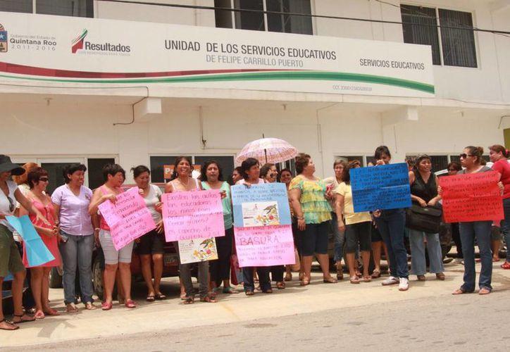Maestras protestaron por la presunta intención de las autoridades de cerrar los grupos de primer grado de preescolar. (Manuel Salazar/SIPSE)