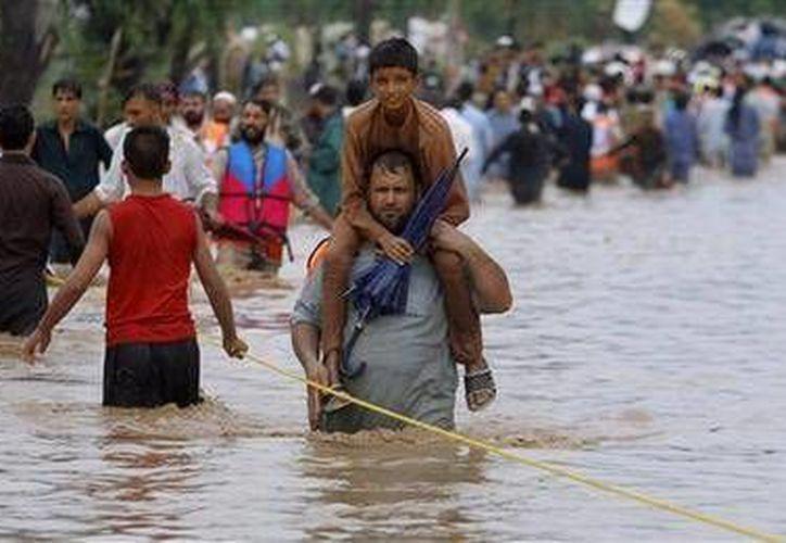 Autoridades de Pakistán informaron que múltiples lluvias han dejado en las últimas dos semanas cerca de mil 921 viviendas dañadas en todo el país. (AP)