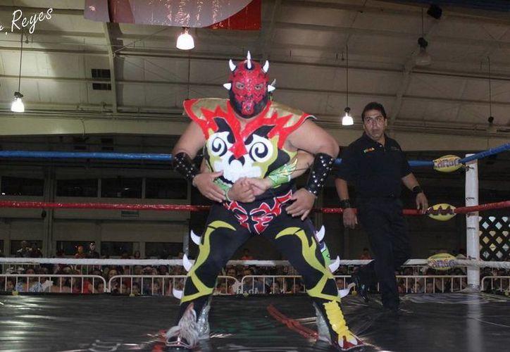 Halcón Rojo Jr. (en la foto) hará tercia con Monster y Chucky el próximo 26 de octubre en el Complejo Deportivo de la Inalámbrica. (Milenio Novedades)
