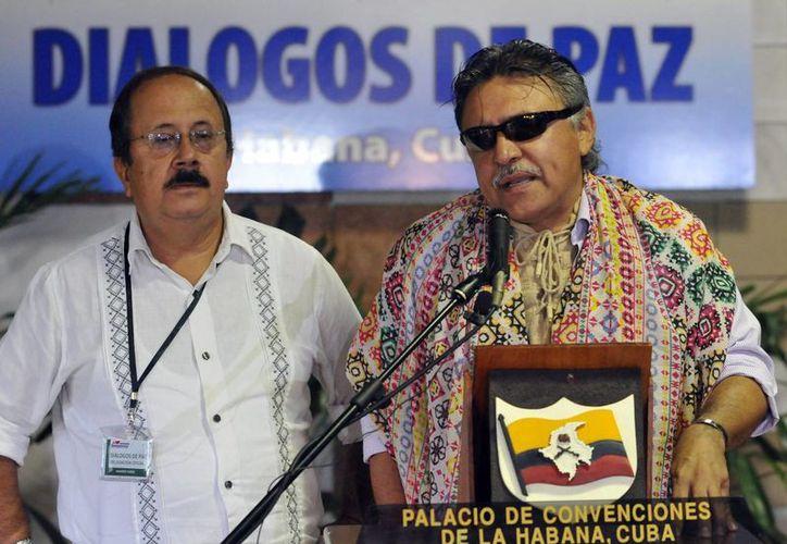 Los miembros del equipo negociador de las FARC Jesús Emilio Carvajalino, alias Andrés París (i), y Seuxis Paucias Hernández Solarte (d), alias Jesús Sántrich. (EFE/Archivo)
