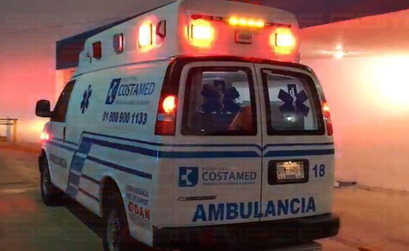 Los paramédicos de CostaMed se encargaron de atender a un hombre con un disparo en la cabeza. (Ángel Euán/SIPSE)