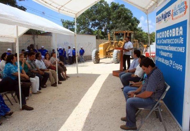 Ayuntamiento da por iniciada la construcción de banquetas y pavimentación. (Redacción/SIPSE)