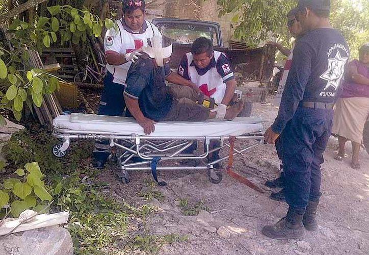 con una herida en la cabeza y posible fractura de tobillo fue rescatado por sus familiares y auxiliado por paramédicos. (Redacción/SIPSE)