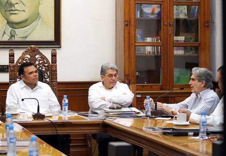 Rolando Zapata, Esma Bazán y Rafael Tovar, en reunión. (SIPSE)