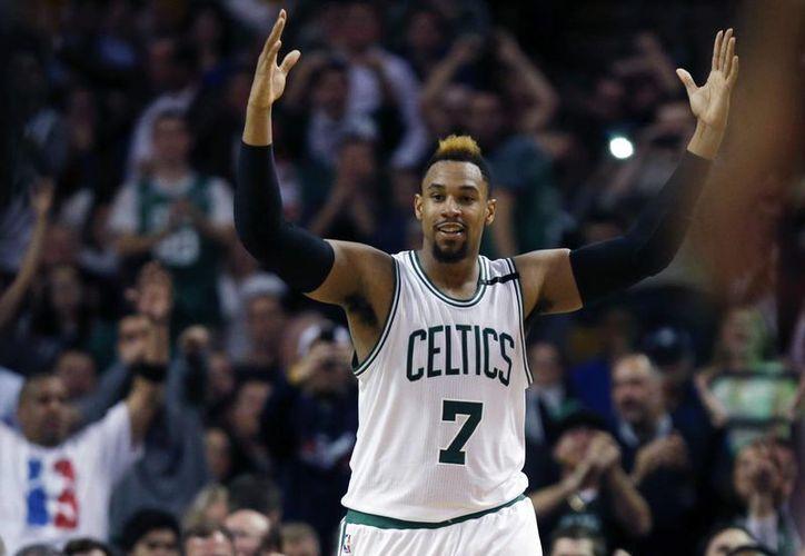 Jared Sullinger de los Celtics celebra después de anotar su colaboración con la cual Celtics venció esta noche a los Bulls de Chicago. (AP)