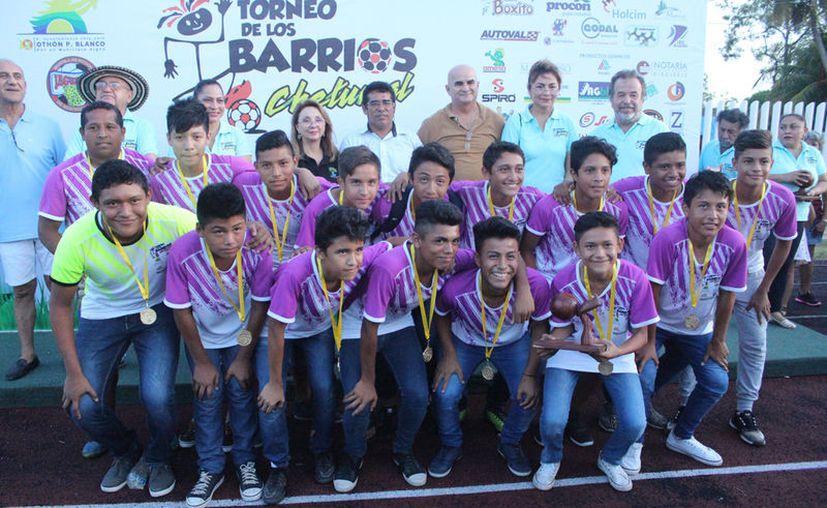La cancha de fútbol de la Unidad Deportiva Bicentenario fue el escenario en el que se llevó a cabo la ceremonia de premiación. (Miguel Maldonado/SIPSE).